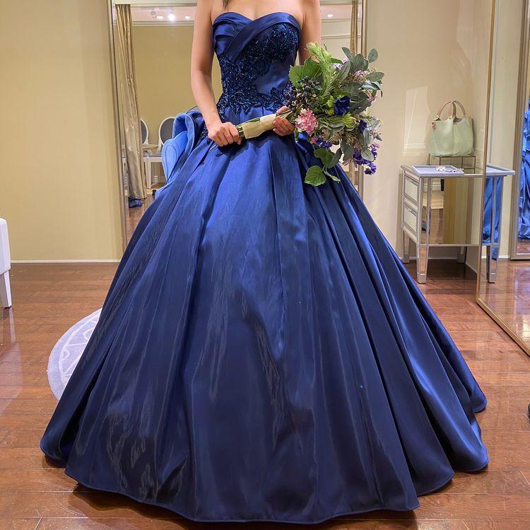 フリルが豪華なブルーのドレス