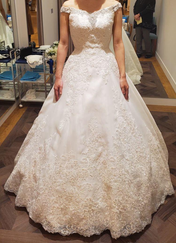 シルバーの刺繍で上品、クラシカルな美しいドレスです