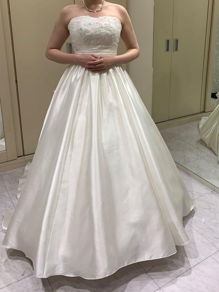 シンプルなサテンドレス!