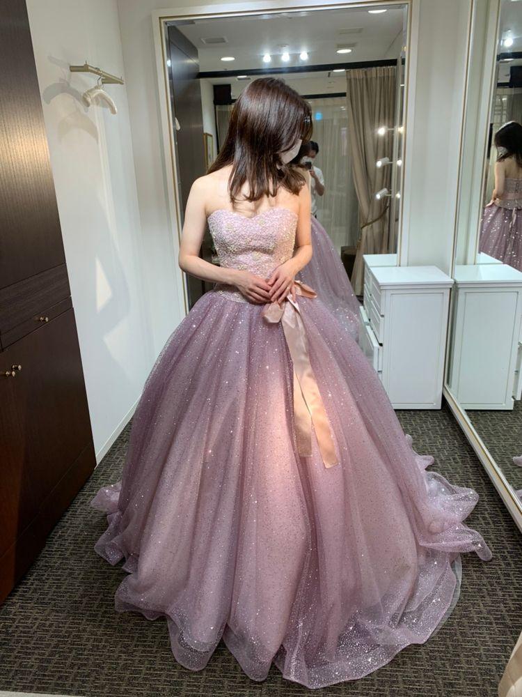 グリッターが上品なピンクドレス