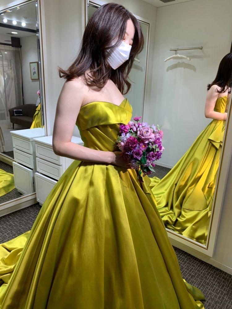 パーティードレスのように華やかな艶感のあるドレス