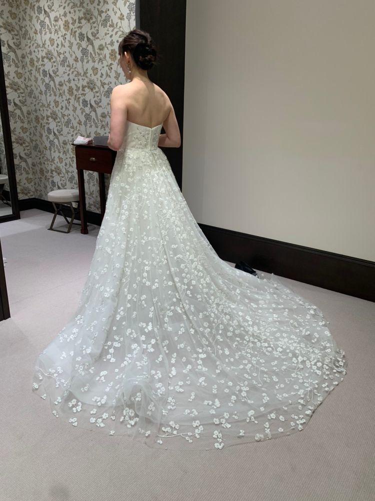 小花が散った新作のドレス