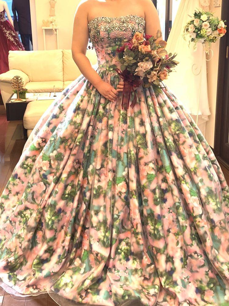 ガーデンウェディングに似合いそうな花柄ドレス