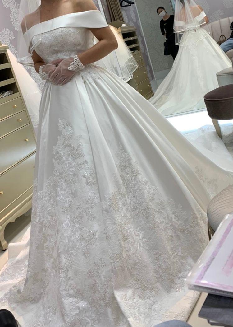 上品なサタン調ウェディングドレス