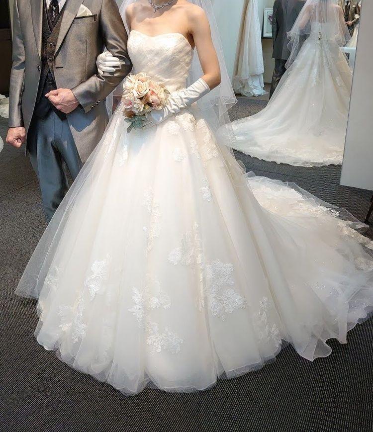 裾の刺繍がかわいいキュートなウェディングドレス