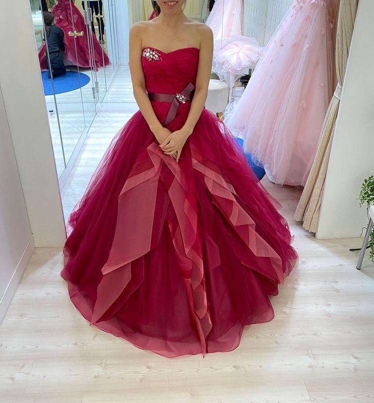 赤でも人を選ばないドレス。