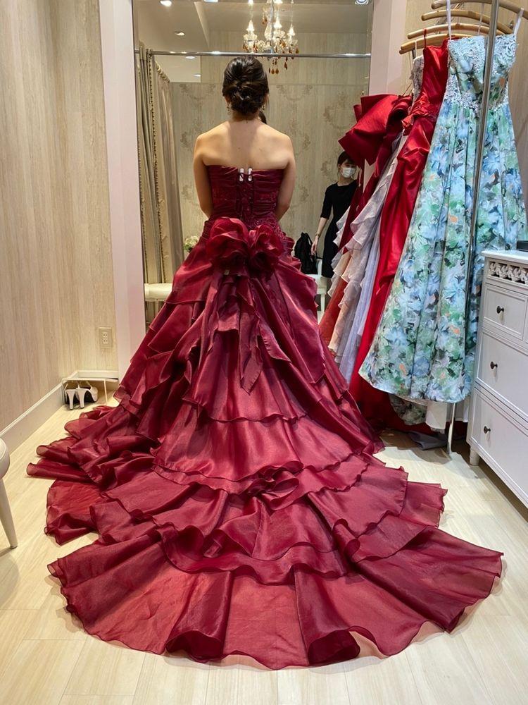 装飾は少なめですが、大人なデザインのドレス!