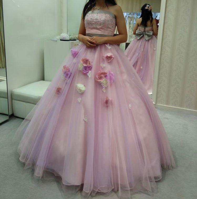 花の飾りが可愛いドレス