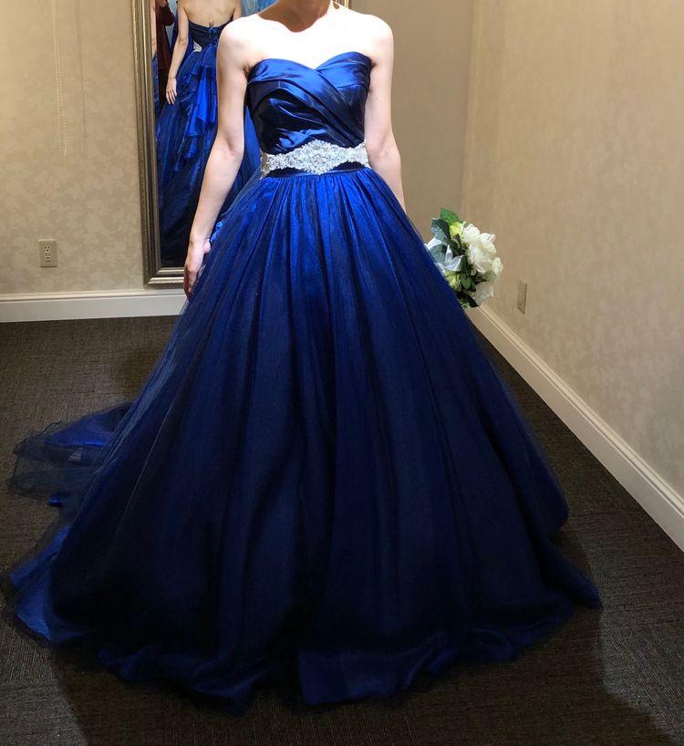 青のサテンドレス