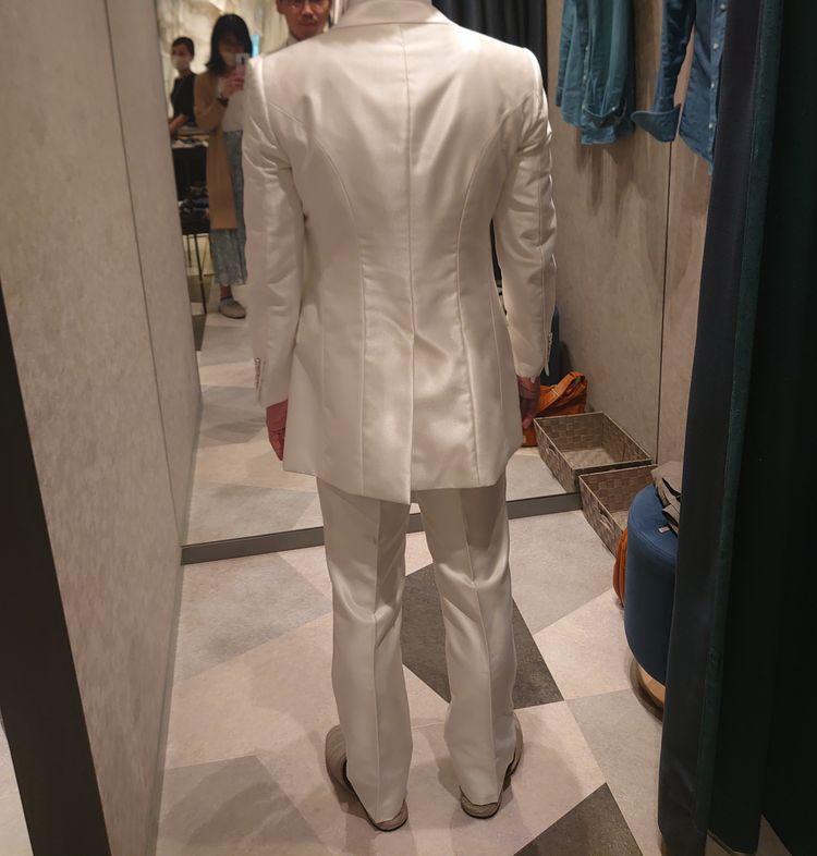 シンプルな白のタキシード