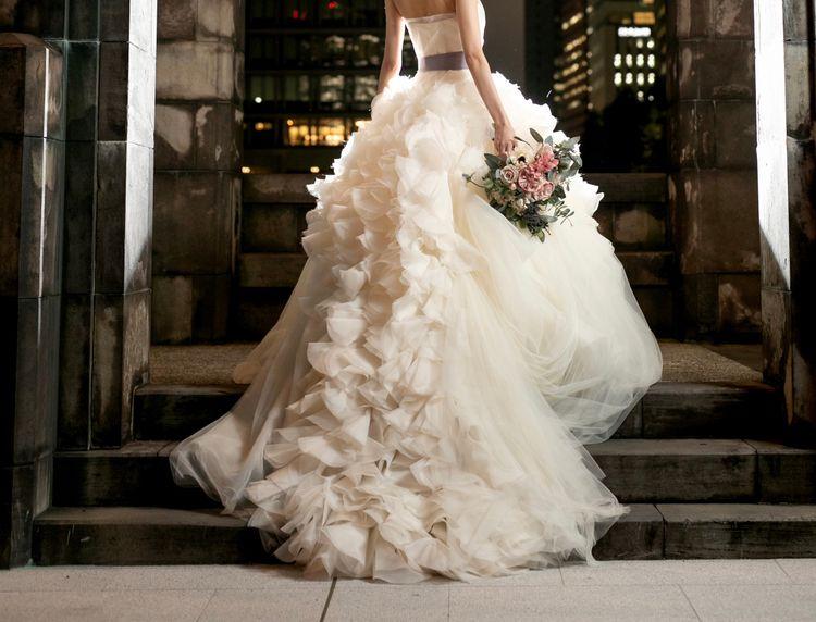 繊細な花びらが何層にも重なる美しいドレス