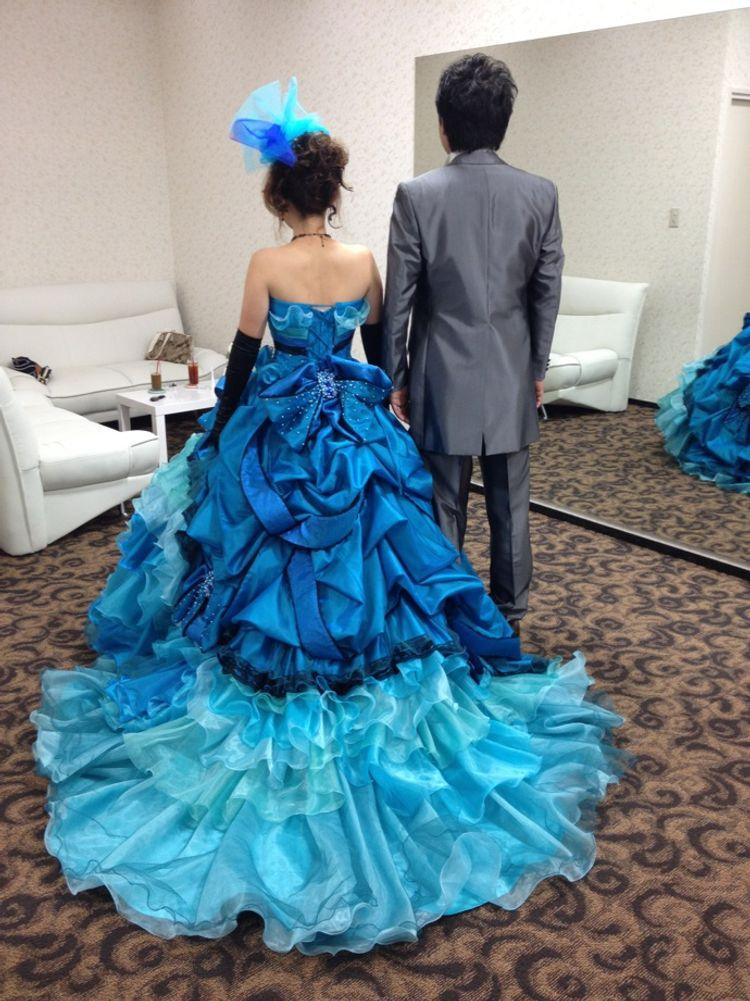 目の覚めるようなブルーのカラードレス