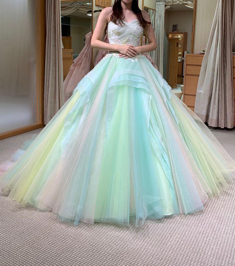 デザインと色合いが大人可愛いドレス