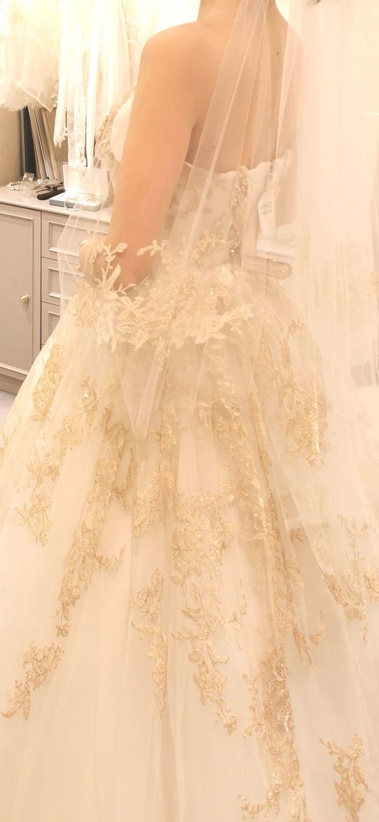 ゴールド刺繍のドレス