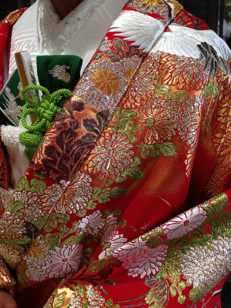 定番の鶴の柄の赤い色打掛。刺繍が上品です。