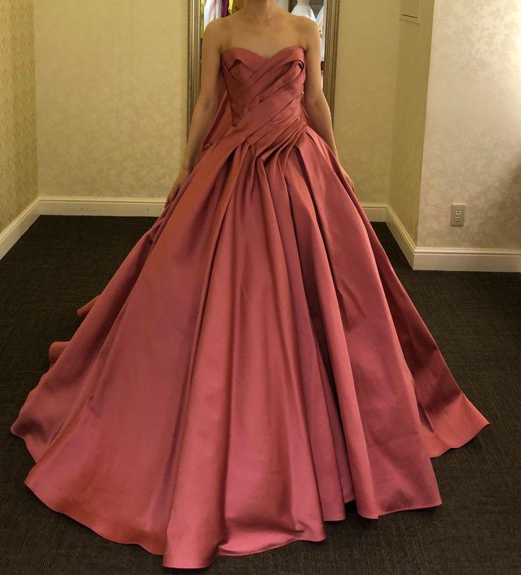 サテンピンクドレス