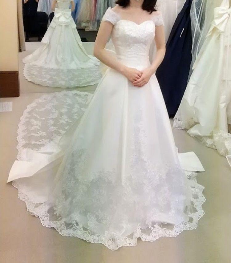 床に届く長いリボンが素敵なドレス