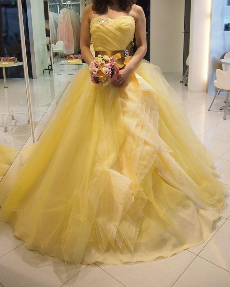 華やかな黄色いドレス