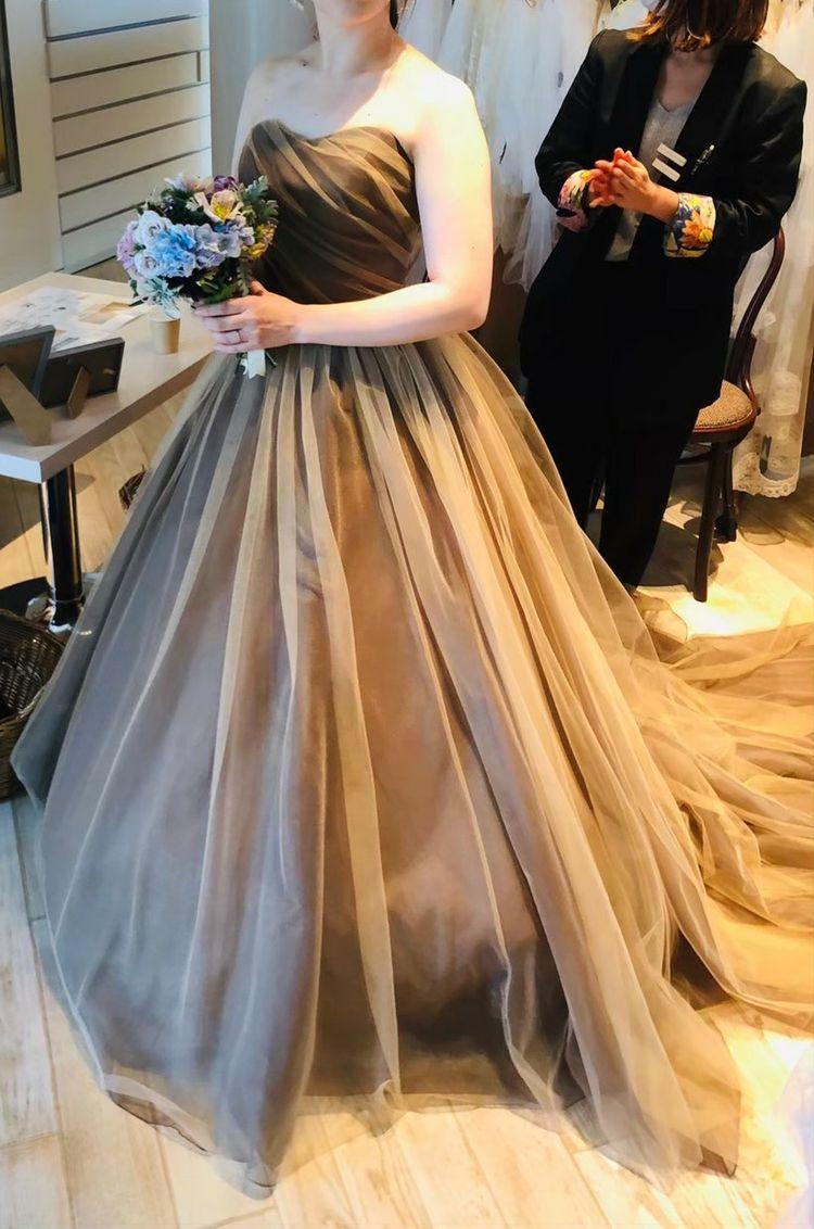 カーキ色のドレス 落ち着いた雰囲気