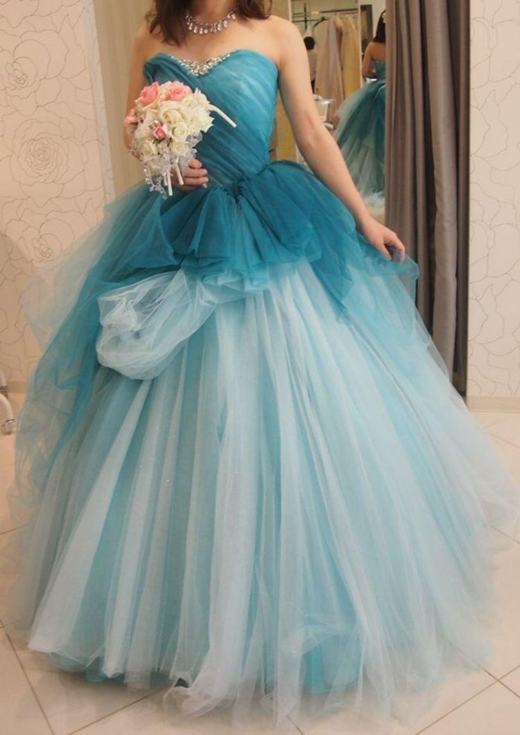 グラデーションが綺麗な青色ドレス