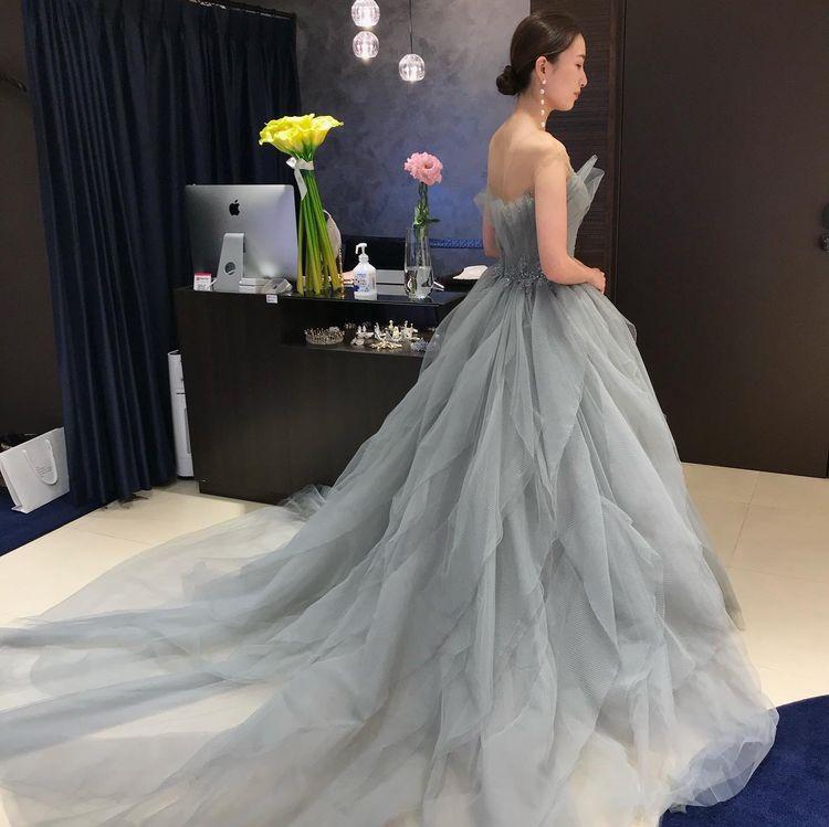 スタイリッシュなニュアンスカラードレス