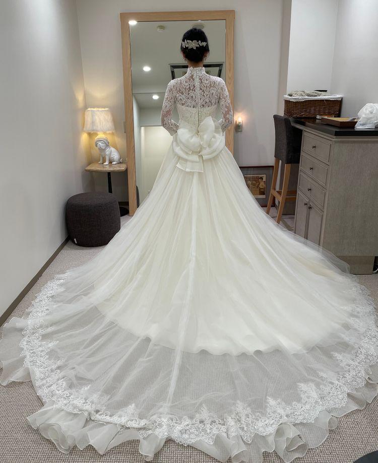 ハイネックのクラシカルなドレス