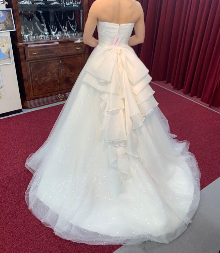 シンプルデザインでラメがかわいいドレスです