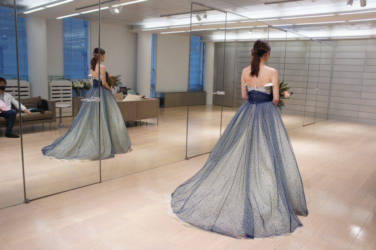 イエローとネイビーが星空みたいなドレス