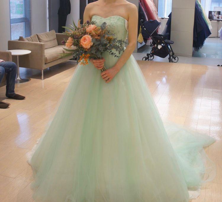 透き通るミントグリーンがきれいなドレス