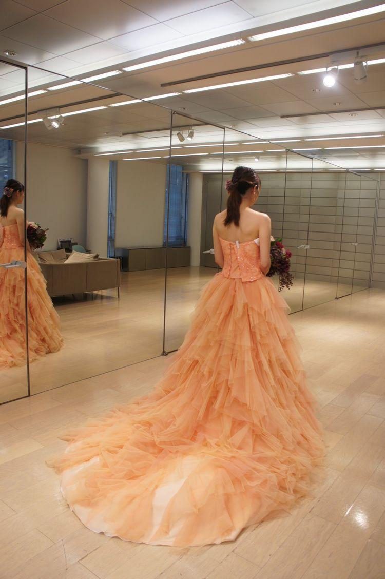 肌との馴染みが良いオレンジドレス