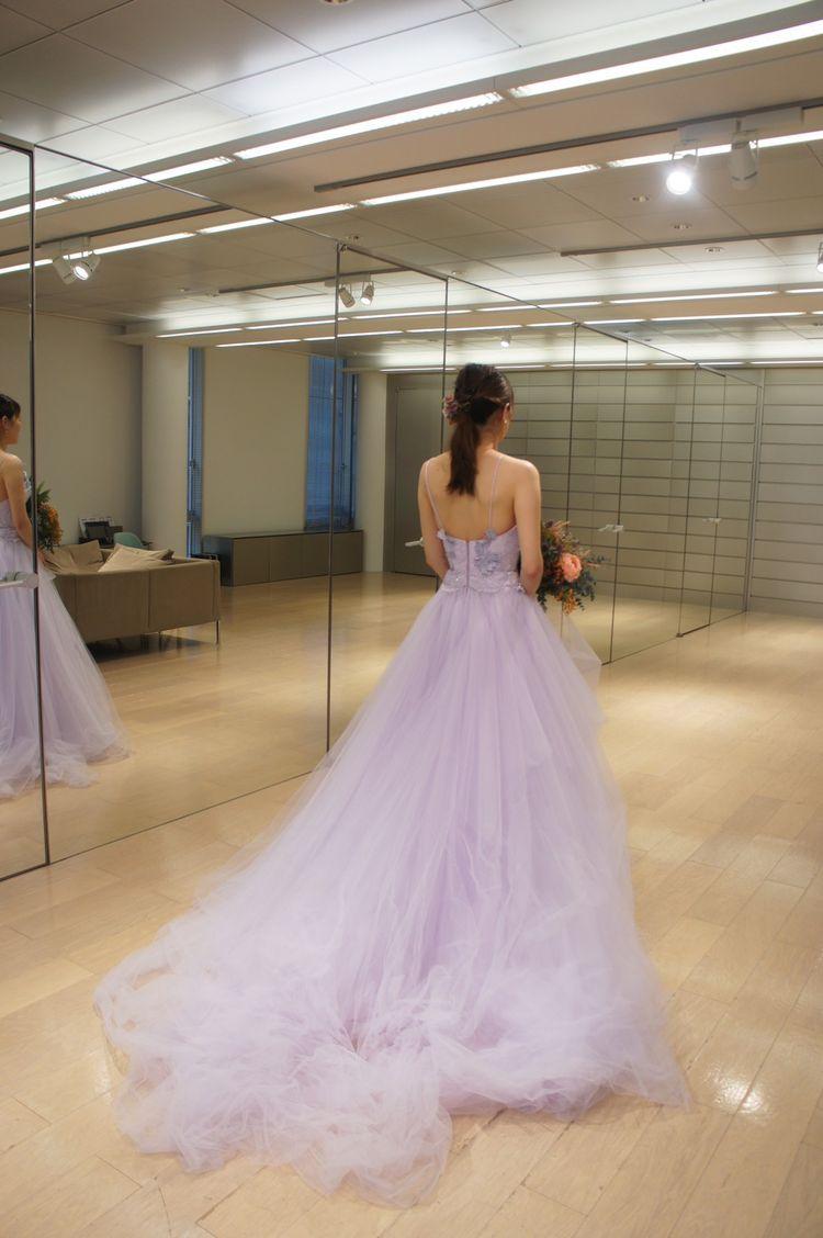 うす紫が肌をきれいに見せてくれるドレス