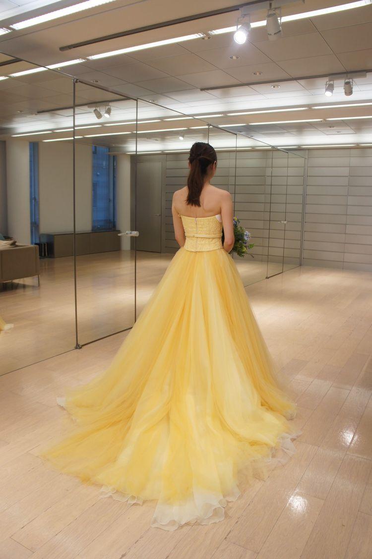 鮮やかなイエローが夏にぴったりなドレス