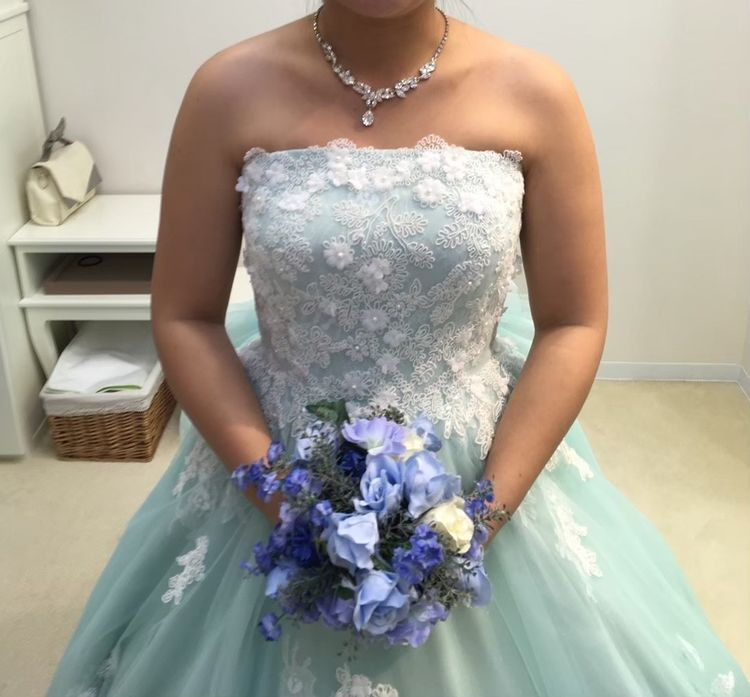 バックまでかわいいブルーグリーンドレス