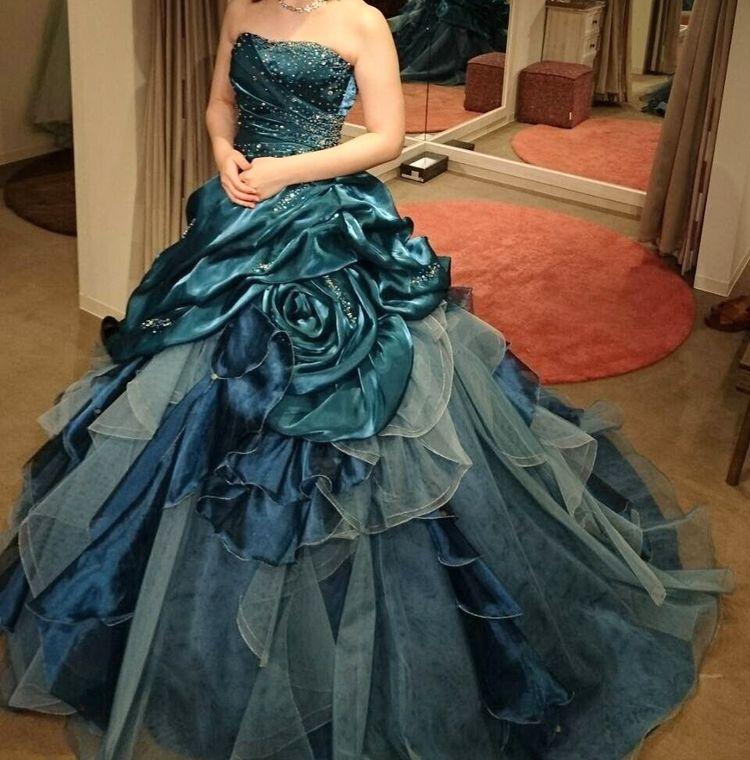 深青緑のクラシカルなドレス