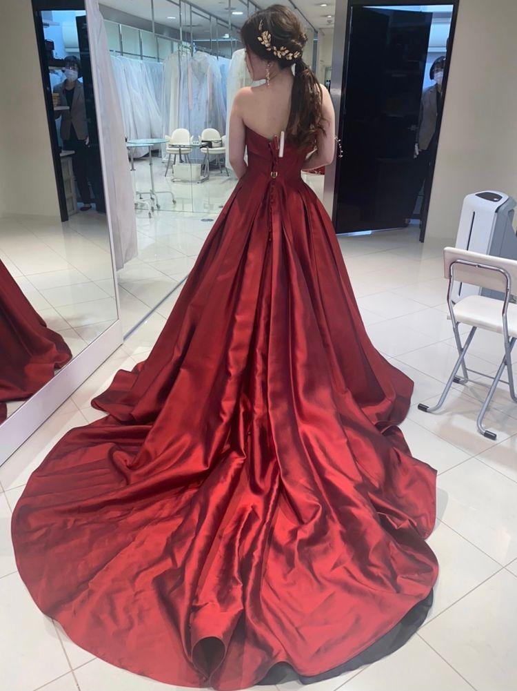 思わず目を引くカラードレス