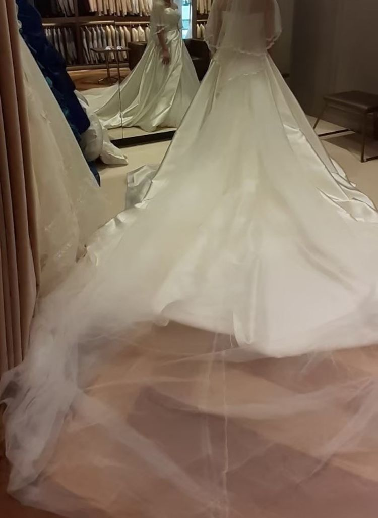 ハートカップの後ろ姿がチュールなドレス