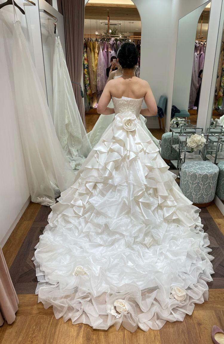 トレーンの付け替えで雰囲気が変わるドレス