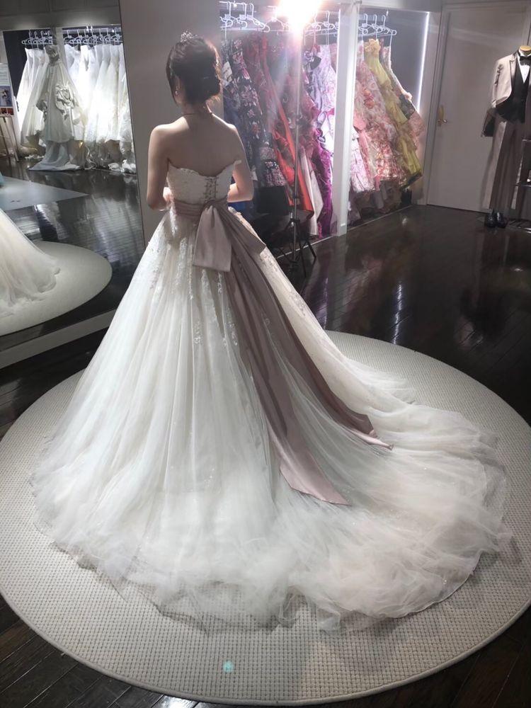 ピンクのリボンが可愛いウエディングドレス