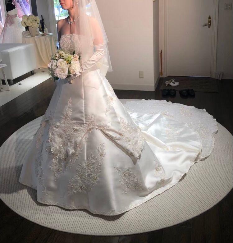 トレーンがとても印象的なウエディングドレス