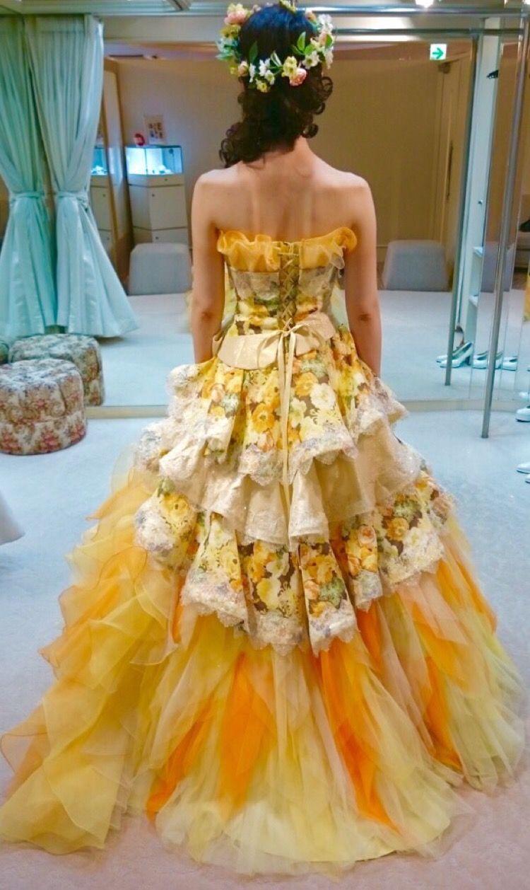 花柄が印象的な華やかなドレス