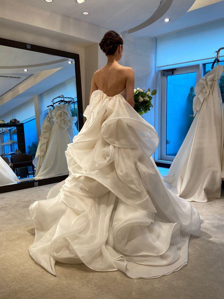 エアリーなバックデザインのドレス