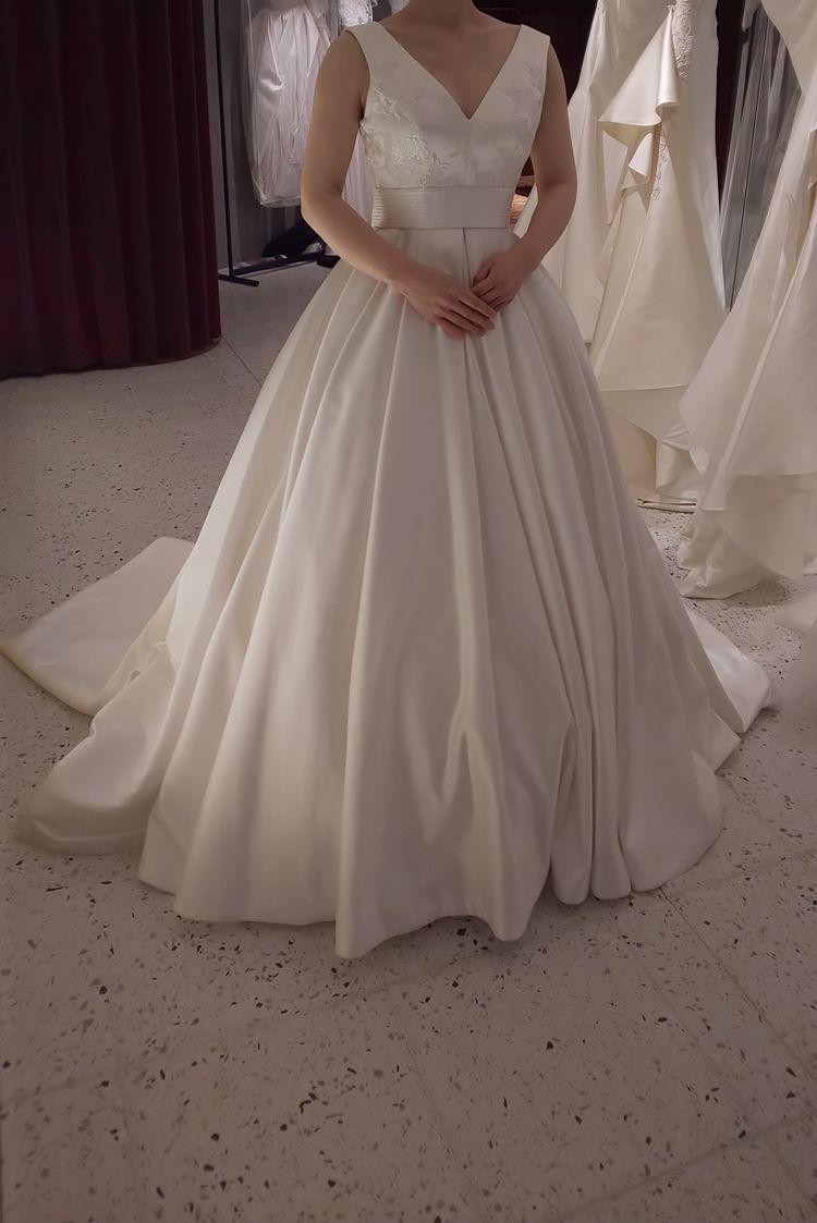オードリーヘップバーン風Vネックドレス