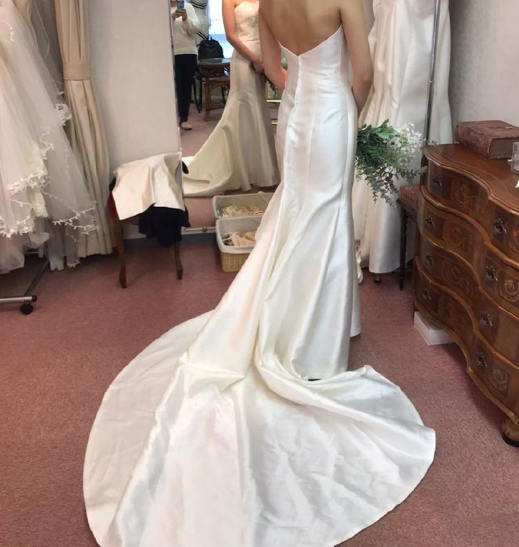 シンプルなサテンのマーメイドドレス