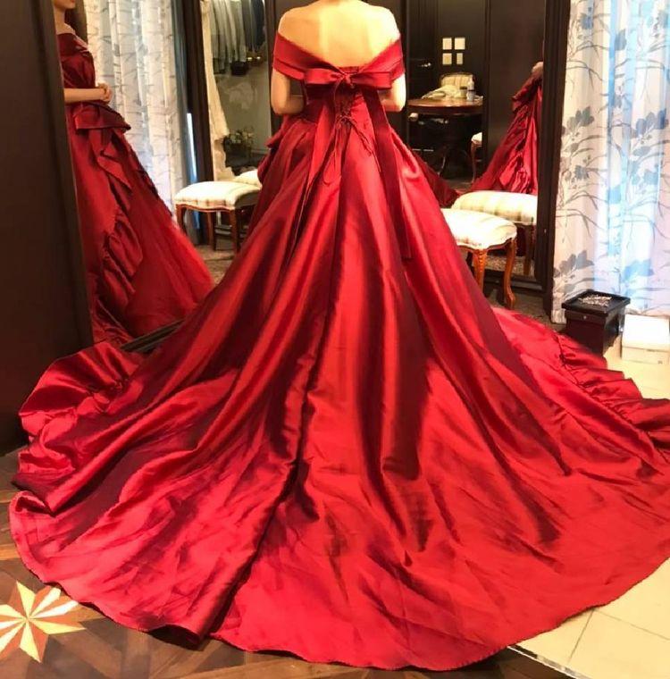 深紅のロールカラードレス