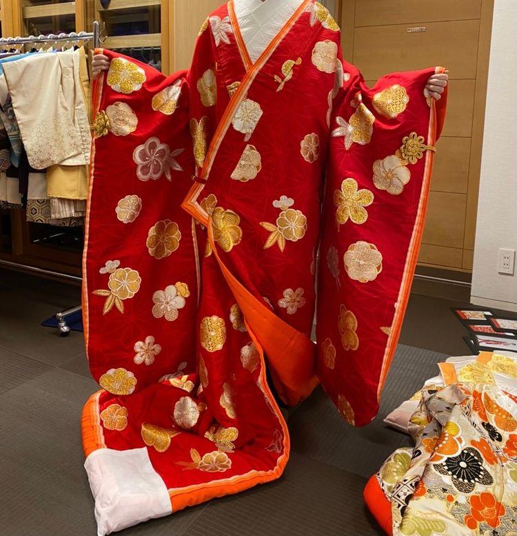 シンプルな赤色の生地にゴールドの刺繍が映える衣装です