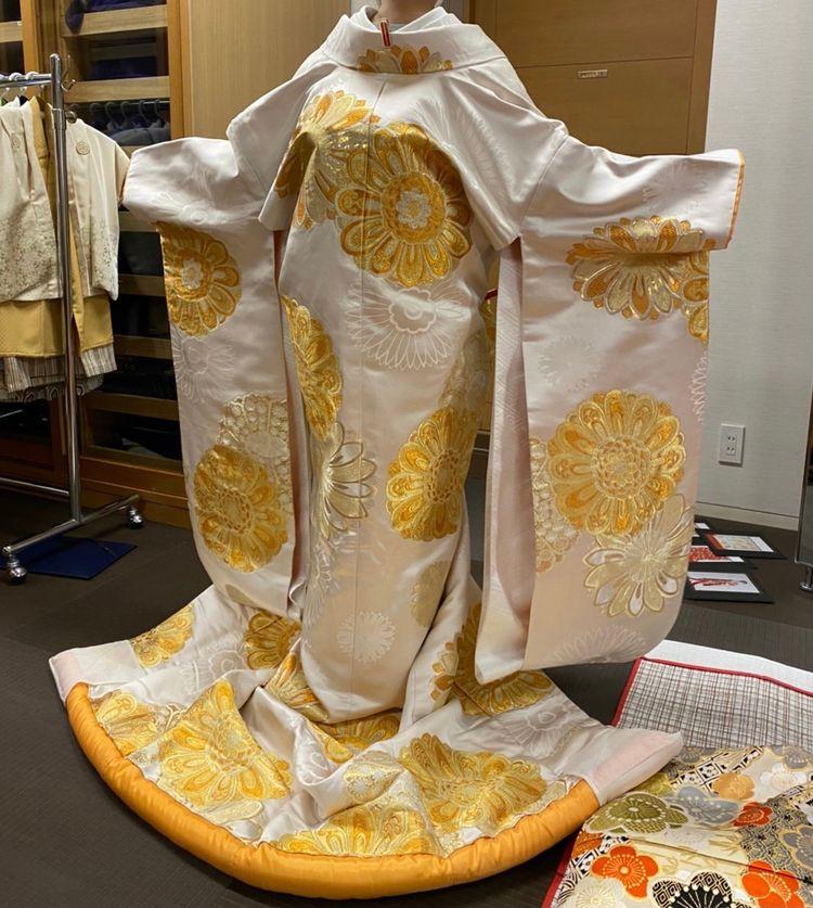 ゴールドの刺繍がキラキラと目立ちます!