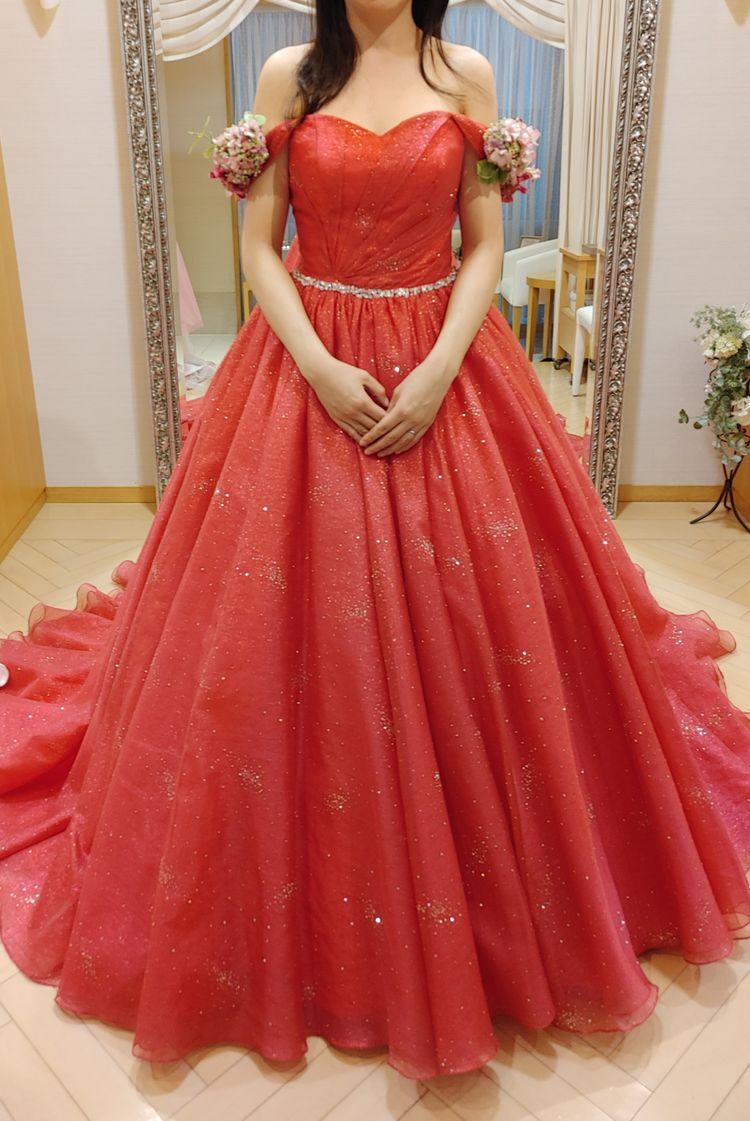 個性的に着れるスカーレットのドレス