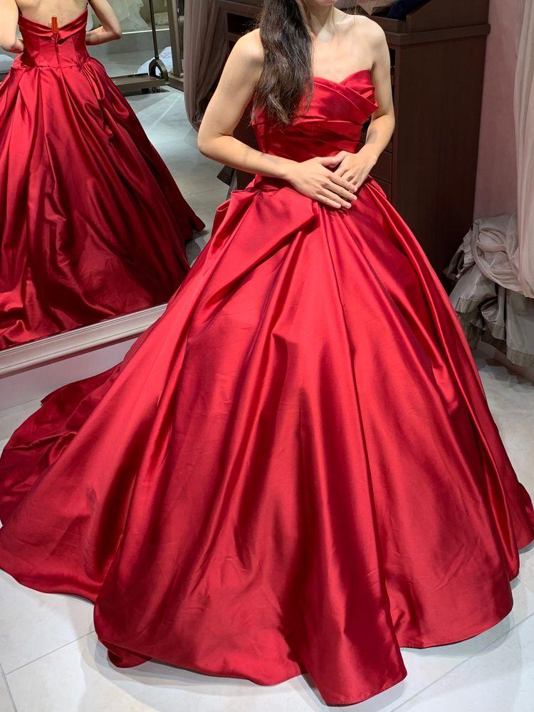サテンの豪華なドレス