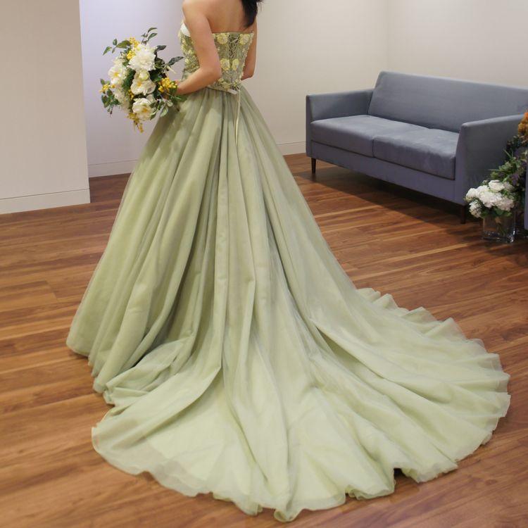 イエローの刺繍が可愛いドレスです