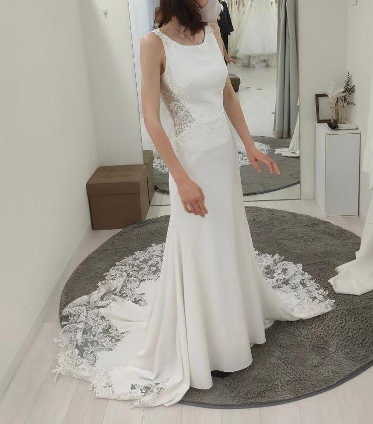 サイドからバックにかけての刺繍が印象的なドレス